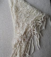 bijeli pleteni zimski šal