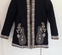 Crna jakna s uzorkom