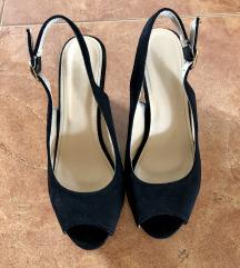 Crne sandale sa otvorenim prstima na putu petu