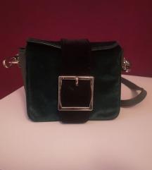 Tamno zelena torbica sa crnom kopčom