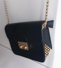 Crna kožna torbica sa zakovicama