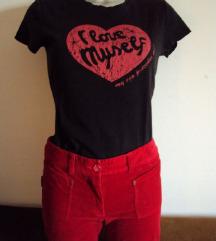 crvene hlače od samta na trapez