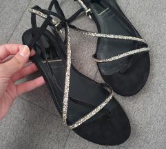 Stradivarius crne sandalice
