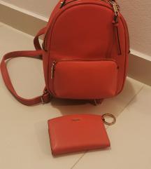 Crveni ruksak i novčanik