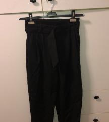 Crne hlače s remenom