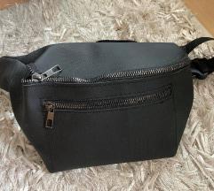 Crna torba oko pasa