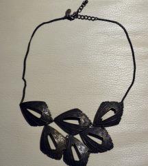 puno raznih ogrlica