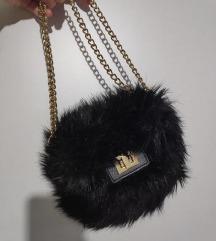 crna cupava dlakava torba zlatni lanac