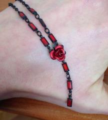 Ogrlice s perlicama i ružom