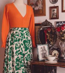 Narančasti kardigan i cvjetna suknja