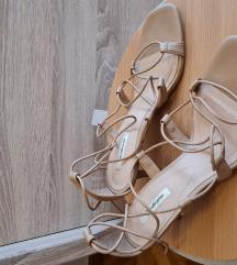 Sandale s niskom peticom