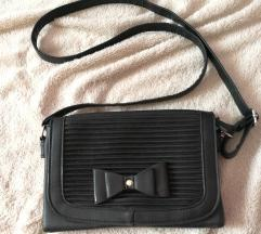 Mala crna torbica s mašnom