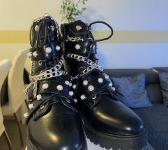 Nove čizme sa zakovicama