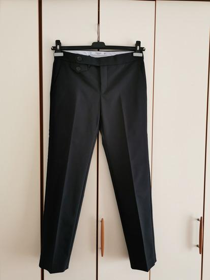 Crne hlače na crtu