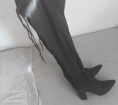 Visoke crne cizme na petu