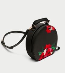ZARA crna okrugla torbica s cvjetnim detaljima