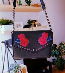vintage crna torbica s cvjetićima