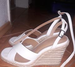 Bijele sandale na punu petu