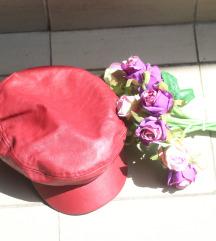 Tamno crvena Bershka kapa