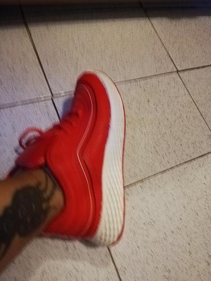 Nove crvene tenisice