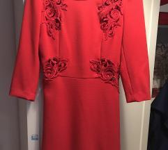 Kratka crvena haljina sa čipkastim detaljima