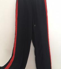 Tamnoplave hlače s crvenim crtama