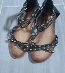 Crne sandale sa zlatnim zakovicama