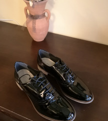 Nove lakirane cipele-oxfordice