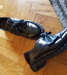 Lakirane cipele s mašnom