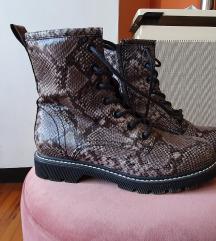 Čizme s zmijskim uzorkom