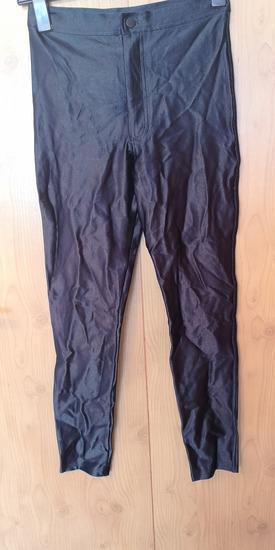 Crne hlače mokrog izgleda