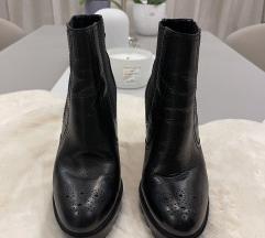 Kožne crne čizme na petu