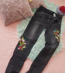 Zara crne traperice sa cvjetnim dezenom