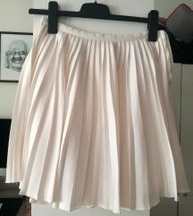 Plisirana bijela suknja