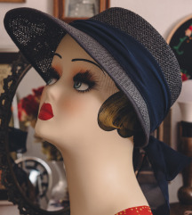 Tamnoplavi šešir s mašnom