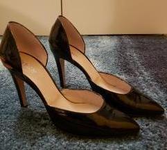 Elegantne visoke pete od crne sjajne kože
