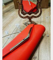 Crvena torba sa srebrnim detaljima