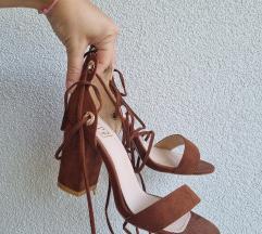 Smeđe sandale na petu