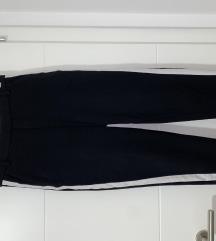 Crne hlače s bijelom prugom