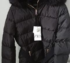 Zara jakna crna pernata