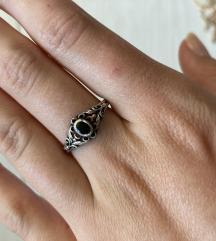Prsten od srebra s crnim kamenčićem