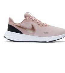 Nove Nike Revolution