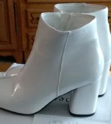 %%bijele lakirane čizme na petu