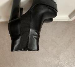 Crne čizme na petu, gležnjače