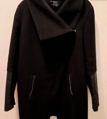 Bershka crni kaput s kožnim rukavima