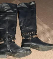 Crne čizme preko koljena sa zlatnim detaljima