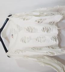 Bijela majica s tvorničkim poderotinama
