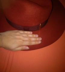 Crveni H&M šešir velikog oboda