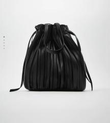 Nova Zara crna torba s etiketom