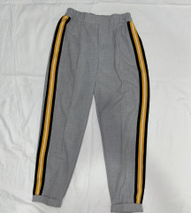 Bershka sive hlače sa žutom crtom